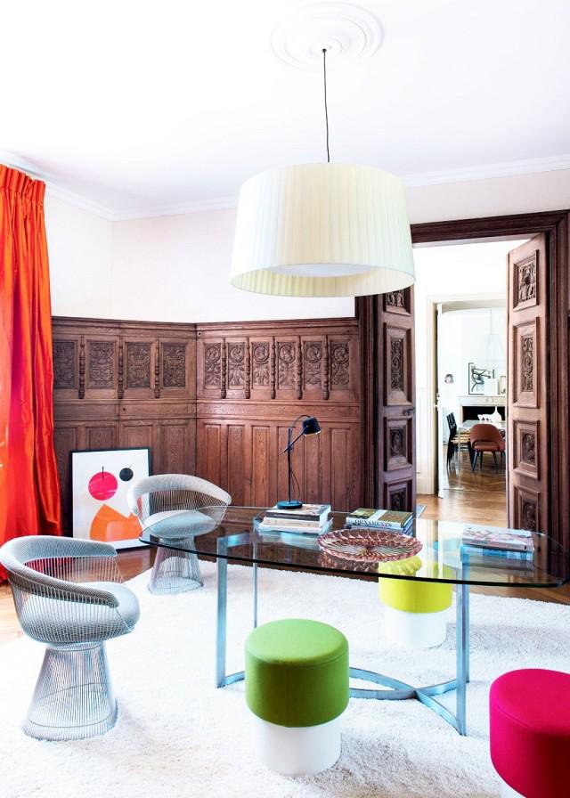 Сочетание современности и старины: деревянные резные буазери и футуристическая мебель