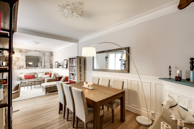 Светлые поясные буазери – легкий способ украсить комнату без лишних цветовых акцентов