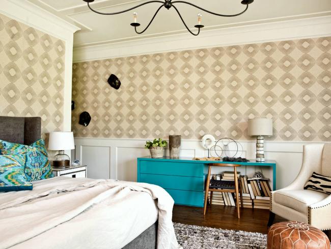В спальне часто используются белые буазери квадратной формы поясного типа. Остальную часть стены украшают обоями светлых оттенков с рисунками