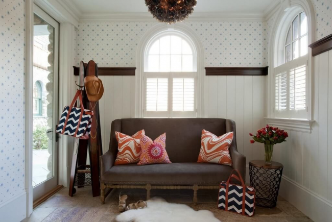 Буазери в прихожей в стиле прованс: светлые панели и цветочный узор обоев