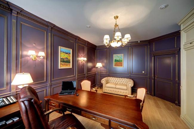 Буазери под потолок в домашнем кабинете создают особое ощущение величия