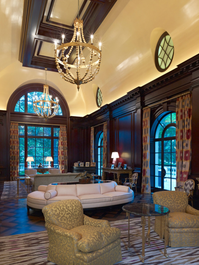 Буазери из темного дерева и потолок кремового цвета применимы только в просторных помещениях