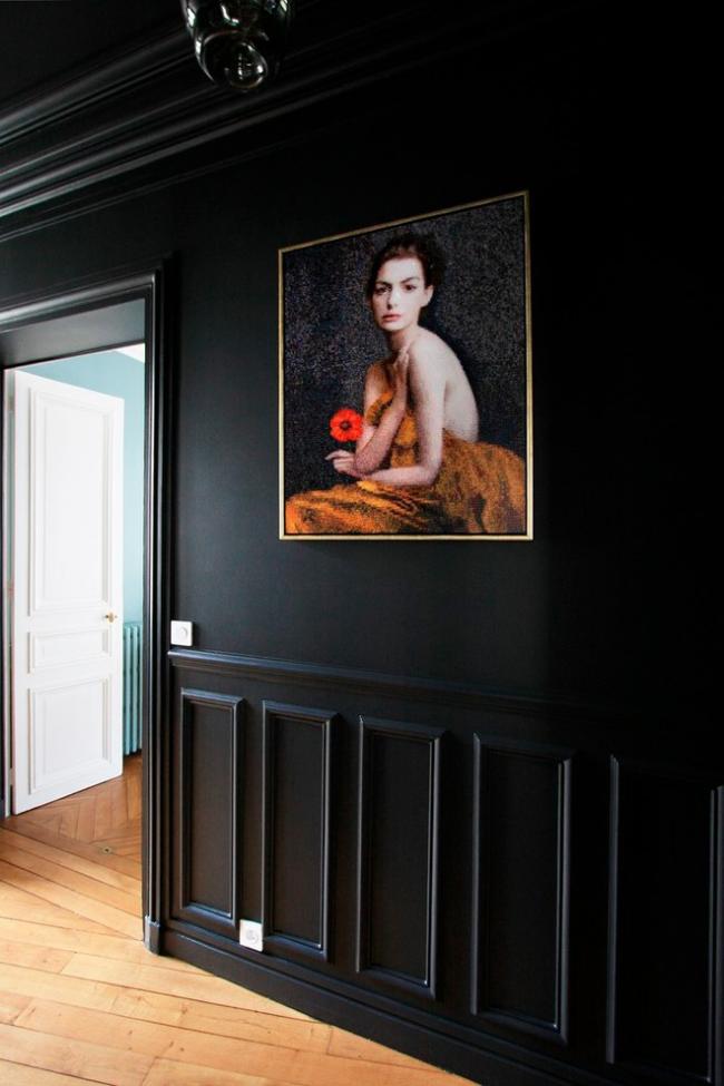 Черные поясные буазери и темный потолок в сочетании с яркими картинами создадут загадочную атмосферу в помещении