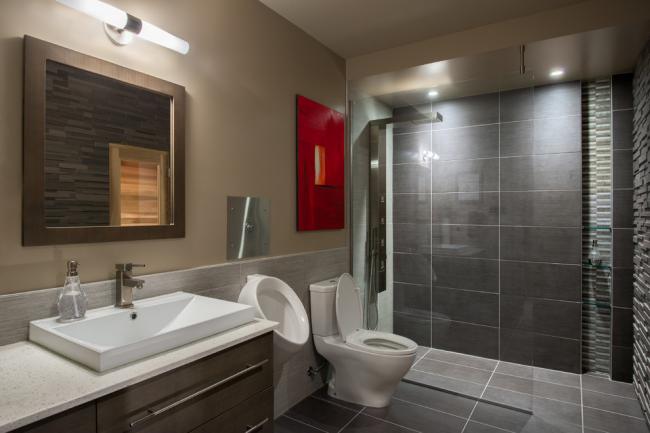 Традиционно в каждом мужском туалете устанавливаются писсуары - для комфортного справления нужды