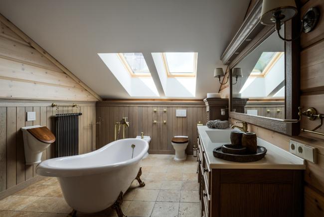 Навесной писсуар с деревянной крышкой в ванной в стиле кантри