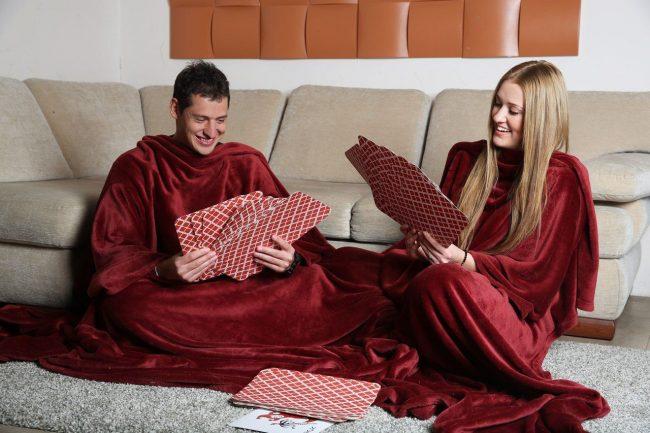 Пледы с рукавами из микрофибры - лучший вариант теплой одежды для домашних вечеров в компании друзей