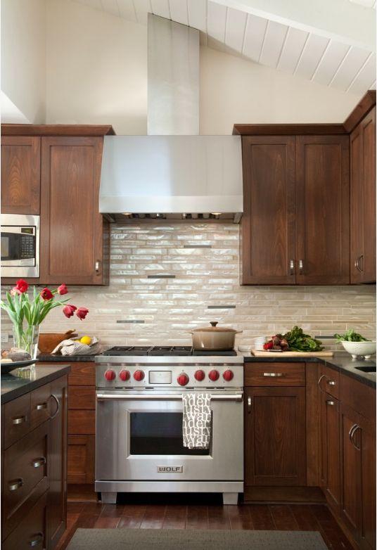 Стеклянная плитка бежевых оттенков на кухне с перламутровым блеском нуждается в особ уходе. Используйте только специальные чистящие средства