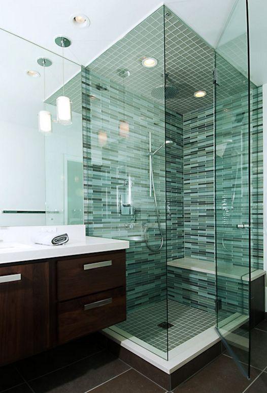 Мелкая прямоугольная стеклянная плитка подчеркивает совершенство ванной комнаты в современном стиле