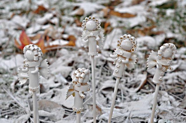 Для окрашивания готовых ангелов необходимо посадить фигурки на несколько карандашей или деревянных шпажек, воткнуть их в пенопласт или в землю, а затем покрасьте тремя слоями краски