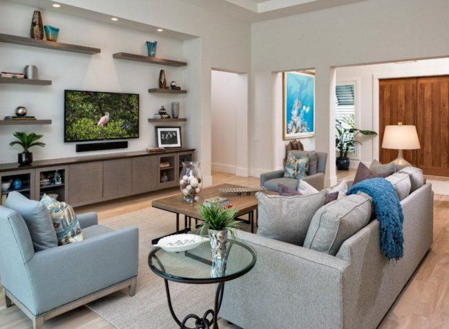 Телевизор и диван расположены на одной оси, дабы глаза не уставали от просмотра передач