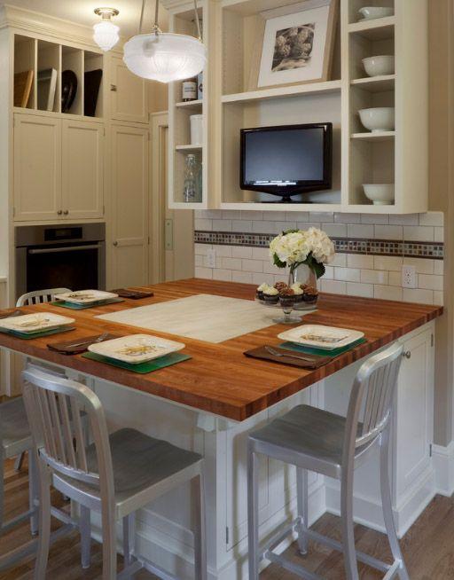 Небольшой телевизор на полке сделает кухню по-домашнему уютной