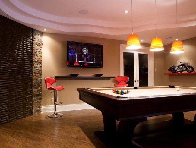 В бильярдной комнате телевизор можно разместить под потолком - ведь зрители практически всегда будут находиться в стоячем положении