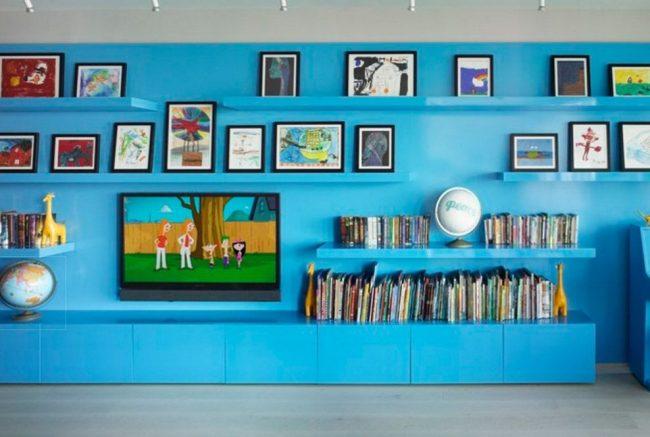 Полка для телевизора в интерьере детской комнаты