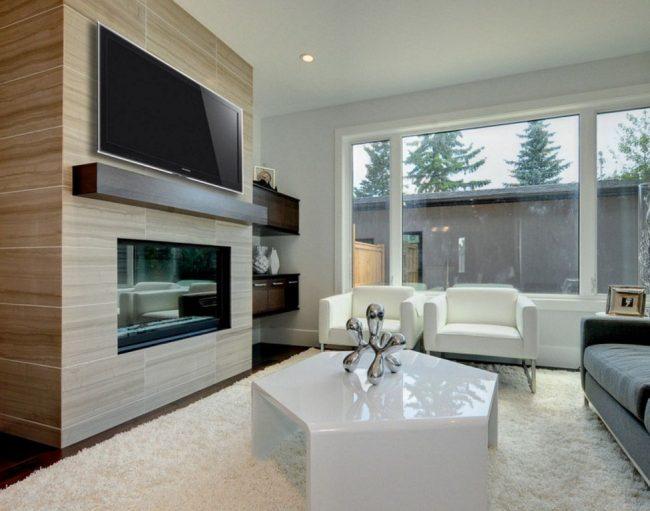 Телевизор на полке в гостиной с большими окнами и биокамином
