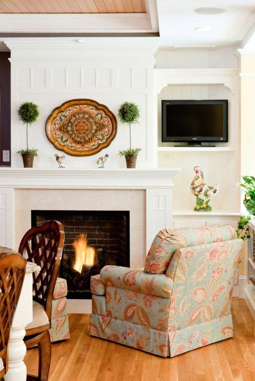 Полка для телевизора, выкрашенная в белый цвет, в гостиной в стиле прованс