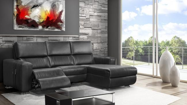 Роскошный кожаный диван в гостиной с выдвижным механизмом подножки