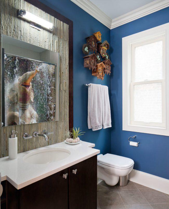 Сбалансированное количество насыщенного синего в сочетании с элементами интерьера из натурального дерева в небольшой ванной