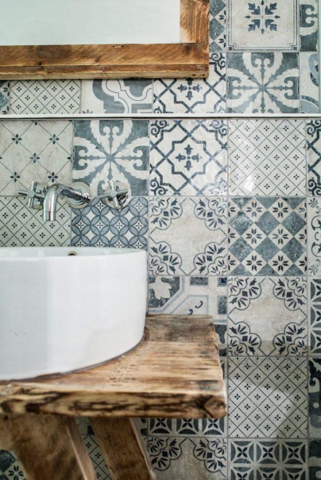Разнообразная орнаментальная плитка в синих тонах - отличное решение для ванной комнаты