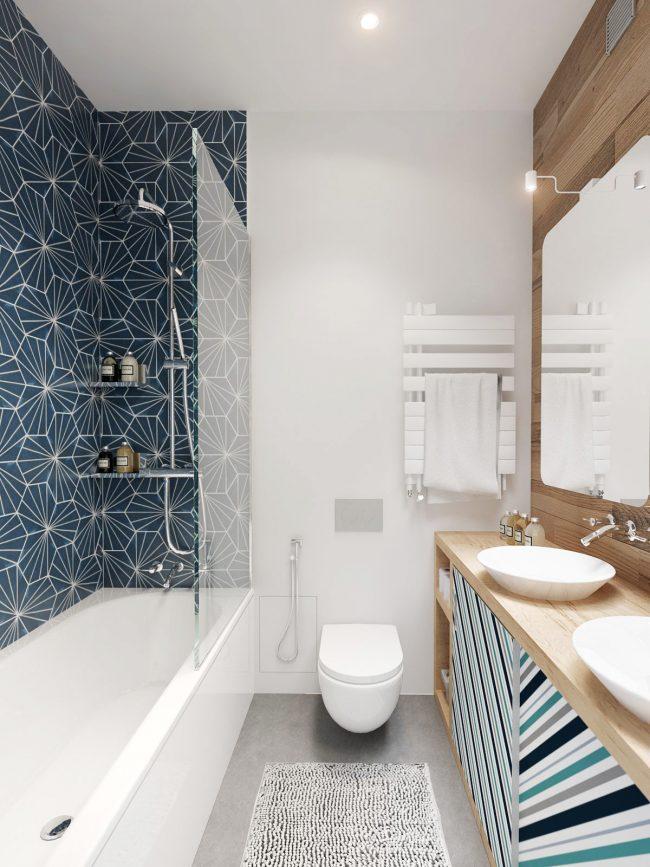 Синяя ванная с оригинальными узорами и орнаментами, которые поддерживают настроение комнаты