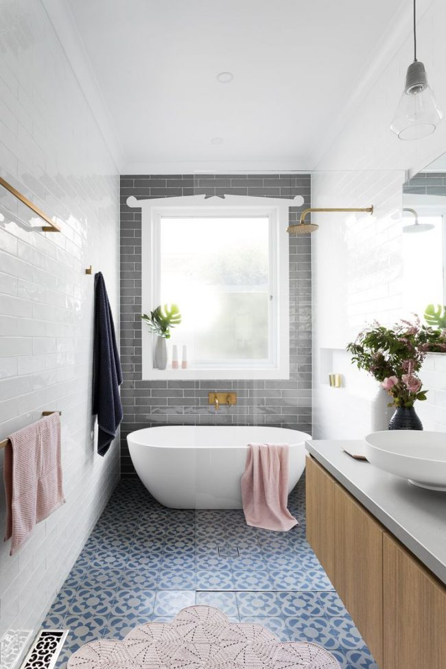 Просторная светлая ванная с нежными оттенками розового цвета