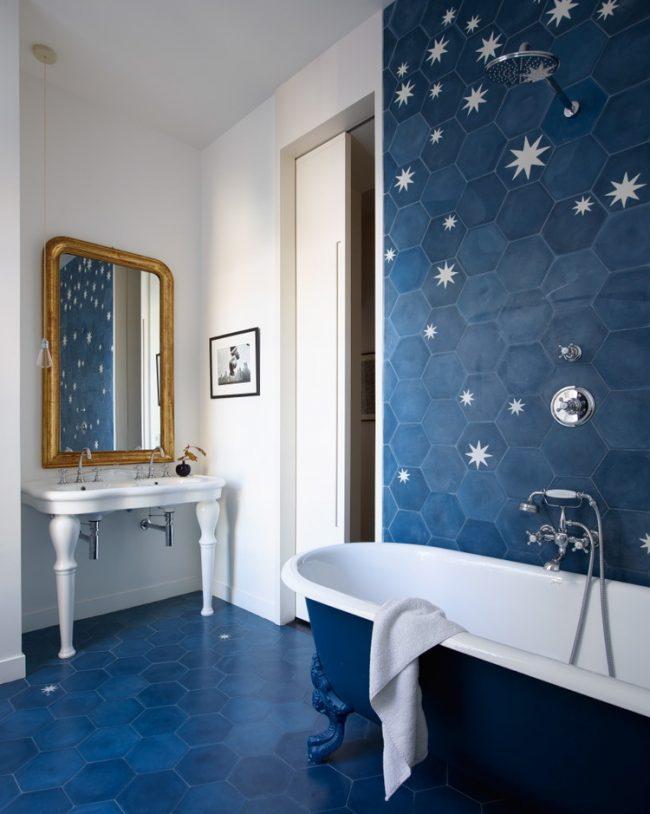 Невероятно красивая игра глубокого синего и белоснежного цветов в небольшой ванной комнате