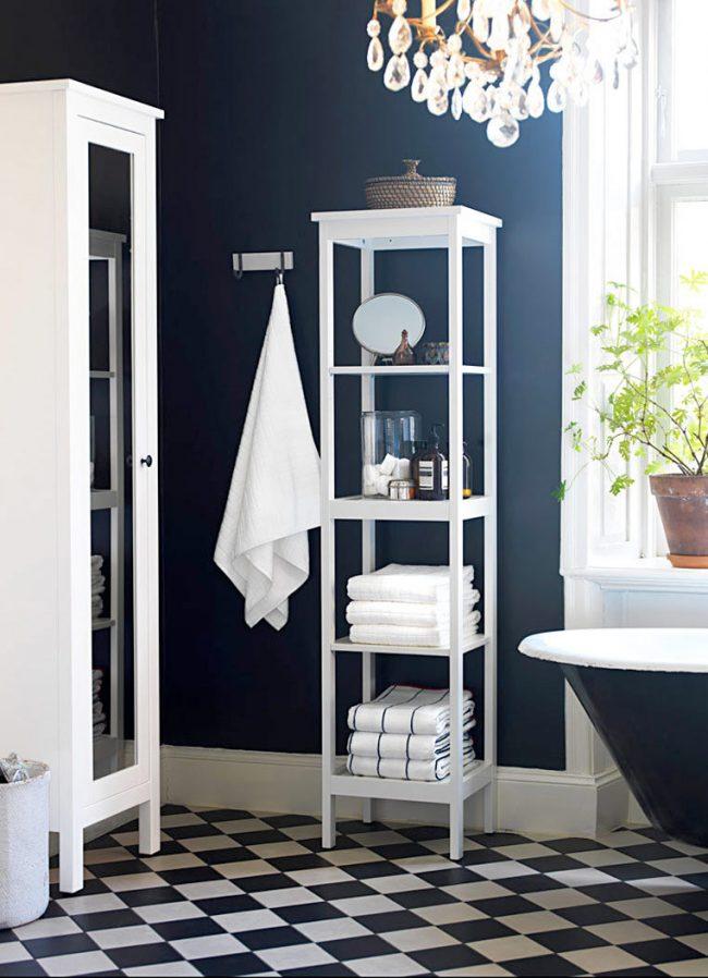 Синяя ванная с яркими белыми акцентами на деталях интерьераСиняя ванная с яркими белыми акцентами на деталях интерьера