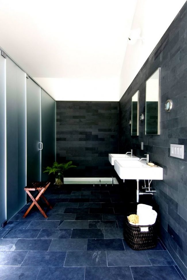 Смелое решение для ванной комнаты с темно-синих тонах с белоснежным потолком