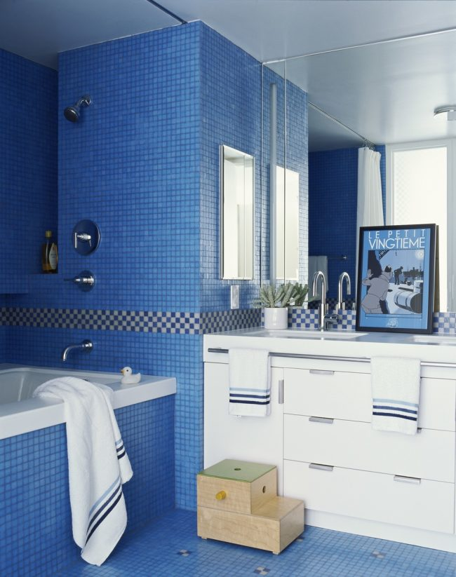 Светлая ванная в синих тонах с белым мебельным гарнитуром