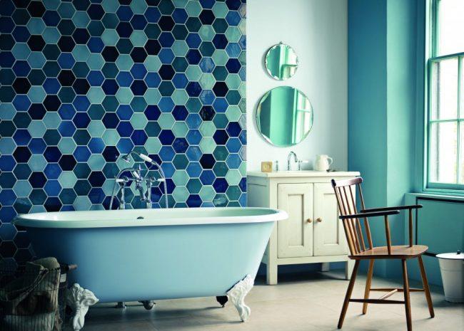 Оригинальная плитка в форме пчелиных сот в просторной синей ванной