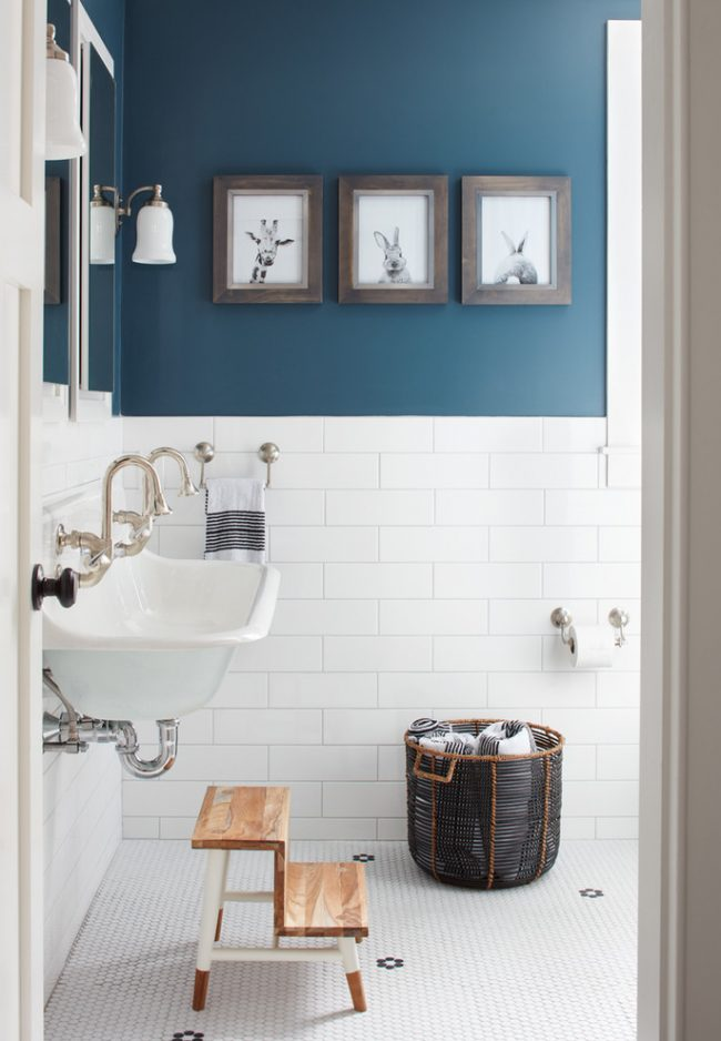 Синяя ванная с акцентами на деревянных элементах мебели и декора