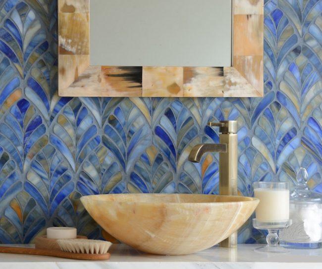 Очень гармоничное сочетание охры и синих оттенков в интерьере ванной комнаты