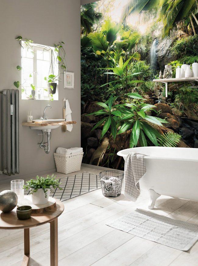 Красивые фотообои в небольшой ванной помогут расширить пространство
