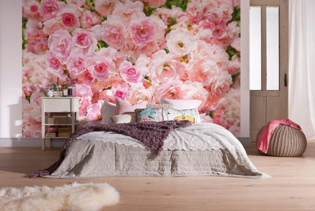 Нежные бутоны роз дополнят романтический интерьер спальни