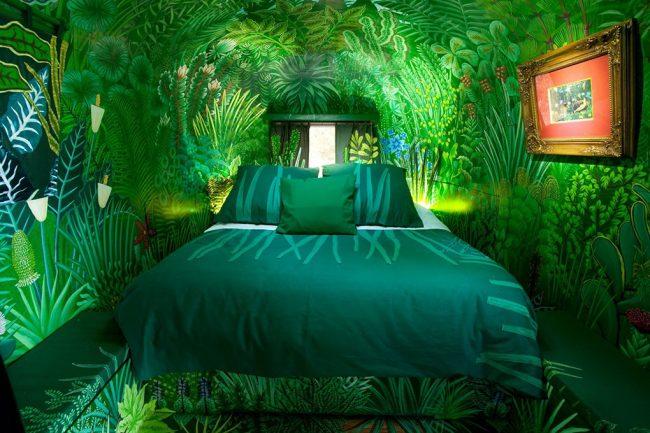 Гармоничное сочетание фотообоев и текстиля в комнате поможет изменить визуальное восприятие