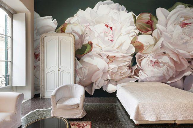 Крупные бутоны роз украсят стены просторной спальни