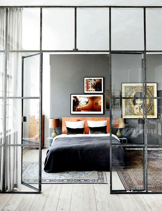 Отличным решением для небольших квартир в стиле лофт станут стеклянные перегородки