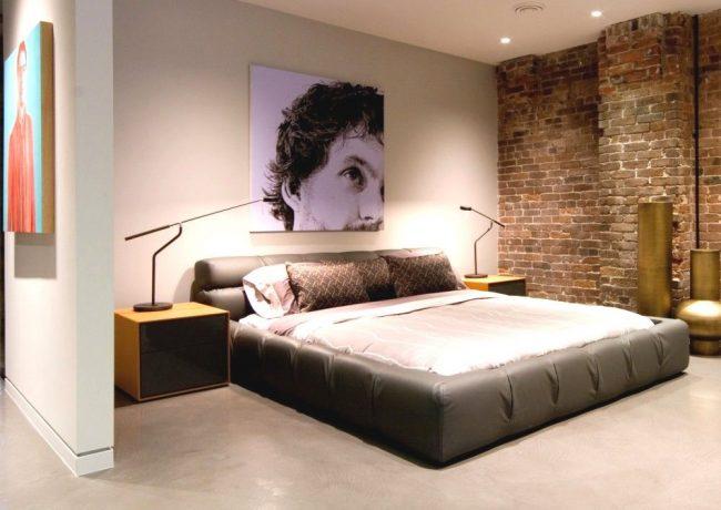 Освещения отыгрывает важную роль в квартире лофт. В спальне будут уместны точечные светильники и настольные лампы причудливой формы