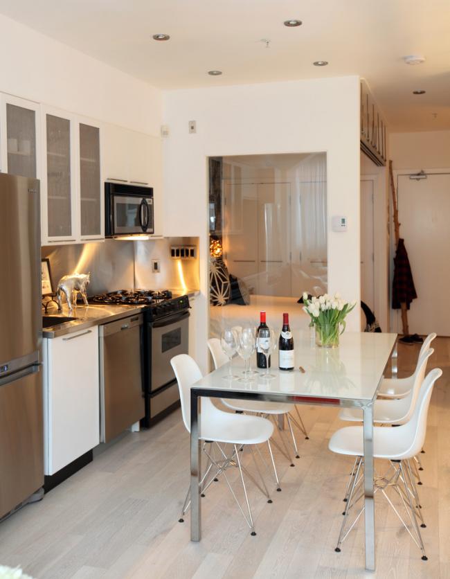 Раздвижной стеклянный стол – это удобный вариант для прихода нежданных гостей