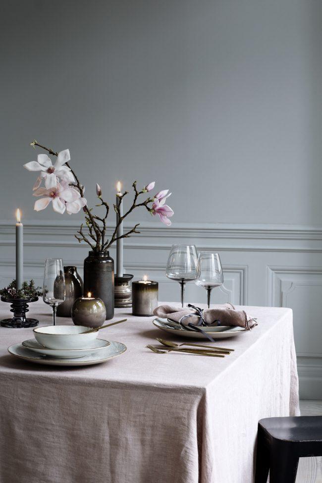 Свечи - универсальный декораторский инструмент для создания теплой атмосферы за столом и в доме