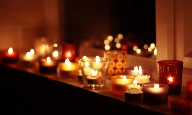 Маленькие свечи, расставленные по комнате помогут сделать вечер сказочным