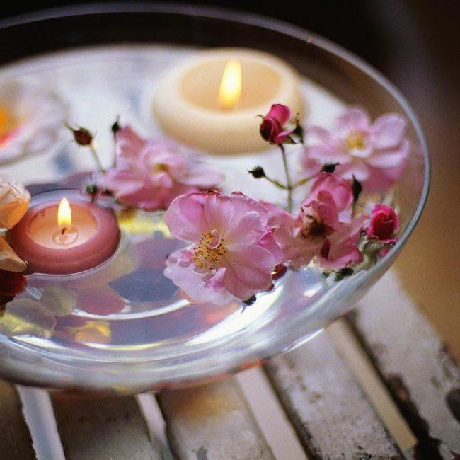 Прозрачная чаша с цветами и свечами - идеальное решение для романтического вечера