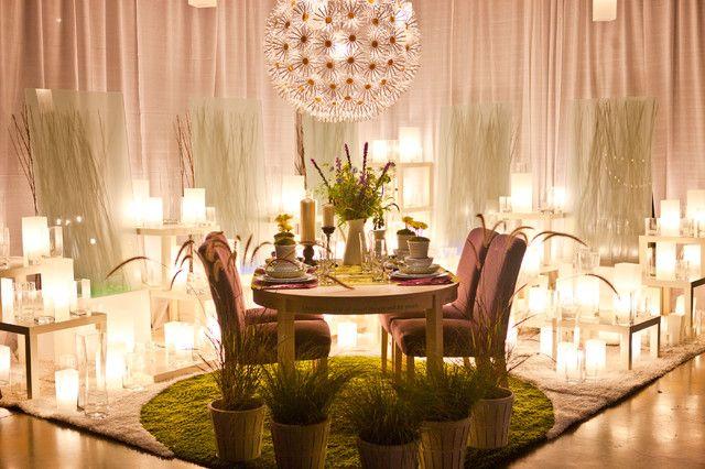 Множество разных свечей в романтическом уголке