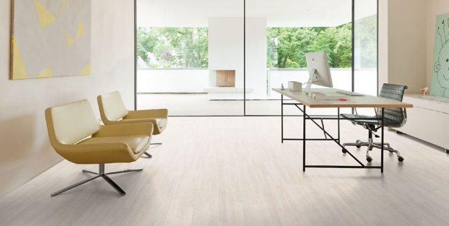 Строгий и светлый интерьер домашнего кабинета