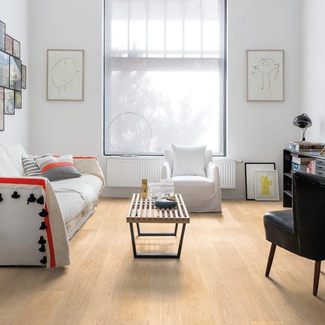 Светлая гостиная комната с ламинатной доской