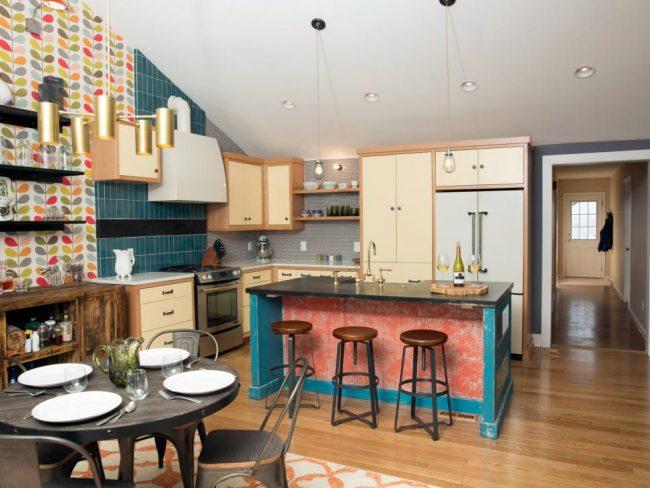 Кухня в стиле эклектика с напольным покрытием из светлого ламината