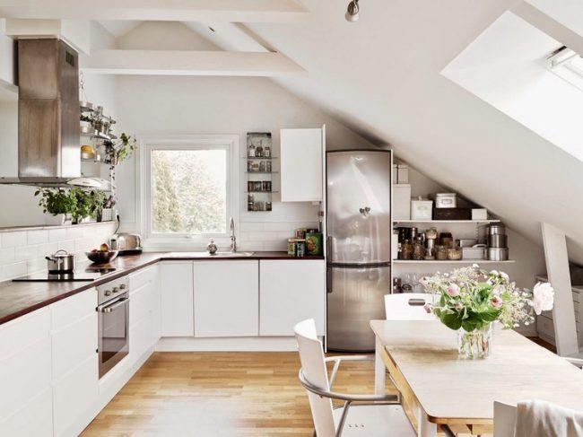 Кухня в скандинавском стиле с ламинатом из светлых пород деревьев