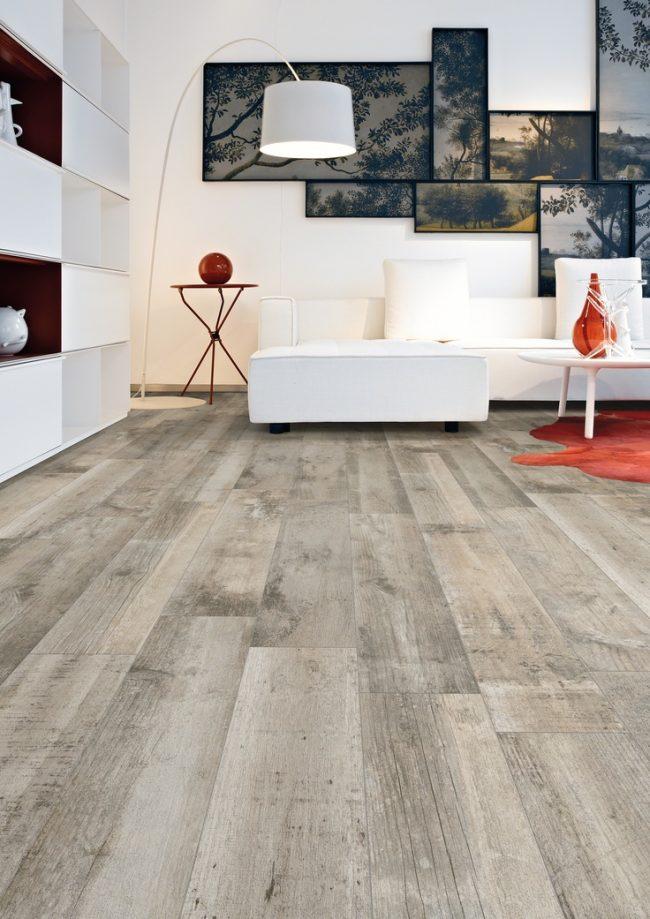 Дополнительное освещение и светлый пол помогут сделать комнату более уютной