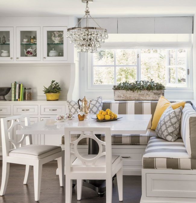 Очень компактная кухня, где тахта экономит пространство, а светлые тона визуально расширяют его