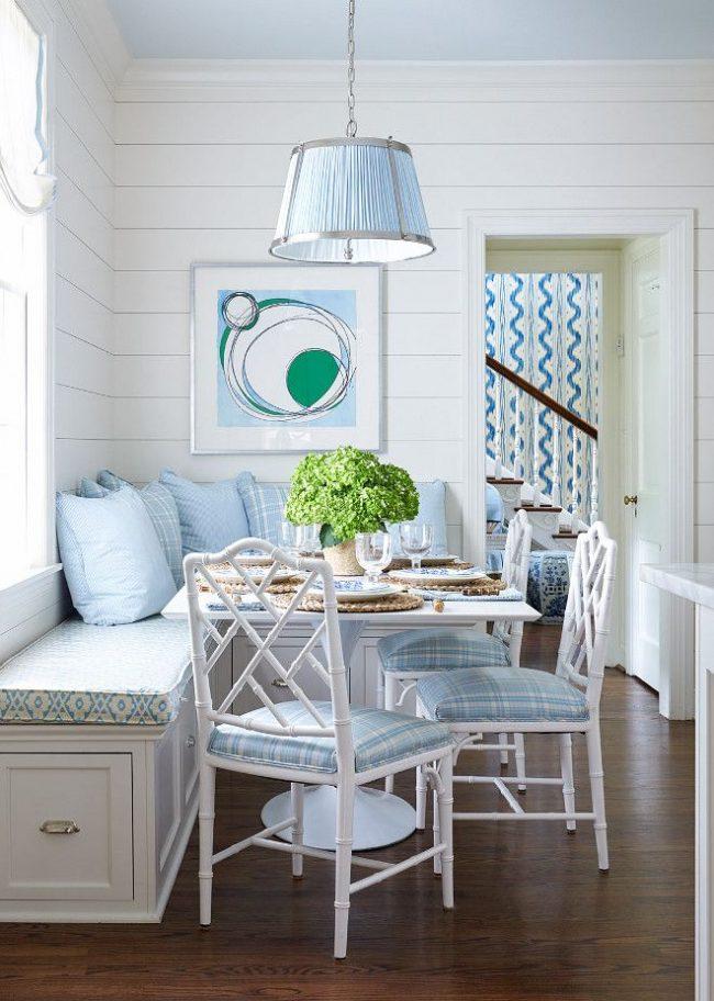 Очень нежная обеденная зона с голубой обивкой стульев, которая гармонично сочетается с чехлом угловой тахты