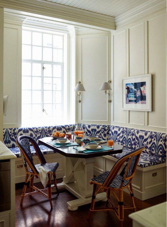 Светлая кухня с яркими синими акцентами на чехле обивки угловой тахты